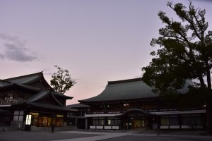 夕暮れの寒川神社社務所